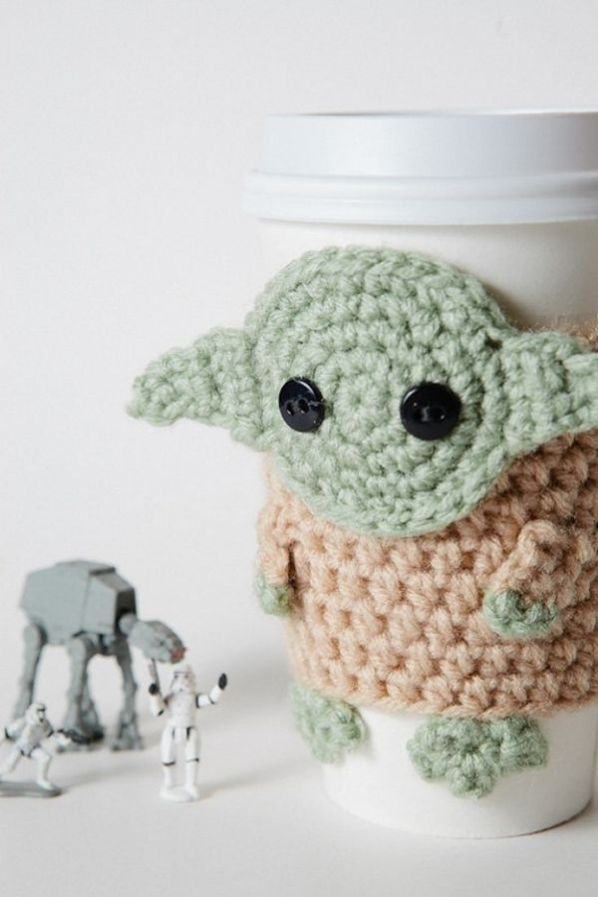 crocheted-yoda-cozy-1