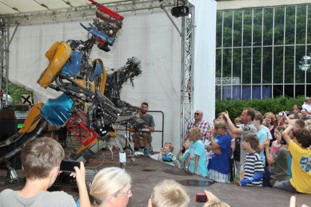 """""""A Freakin Bass Player"""", one of the hits at Maker Faire Hannover. By Martin Klauss."""