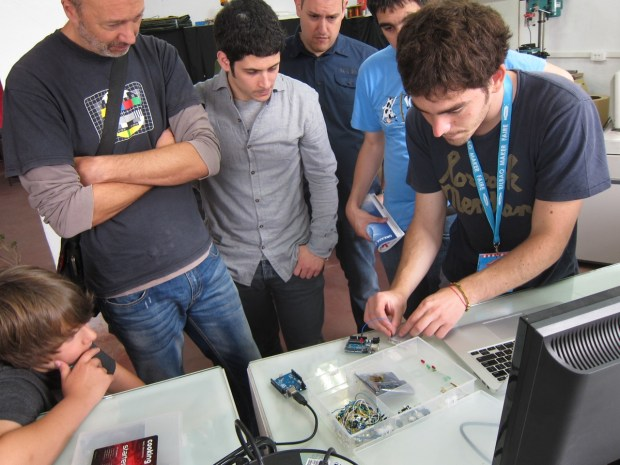 Arduino workshop in Bilbao Makers makerspace - teacher Jon Sagarrabanana