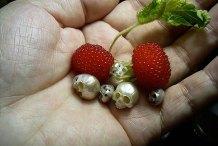 Creepy Yet Beautiful: Jeweler Carves Pearls into Tiny Skulls