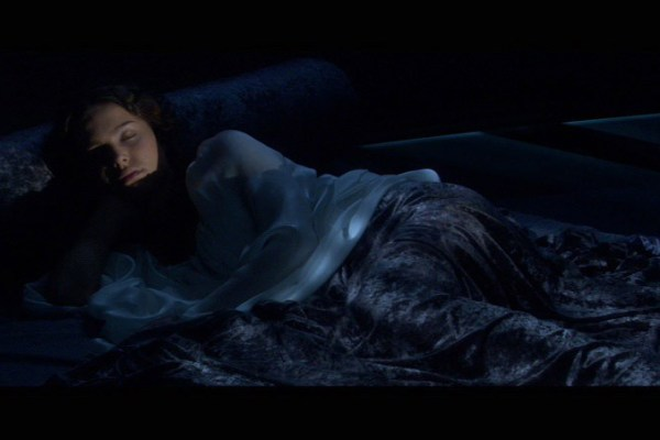 Padme-sleeping-in-her-room-star-wars-attack-of-the-clones-23124129-800-451