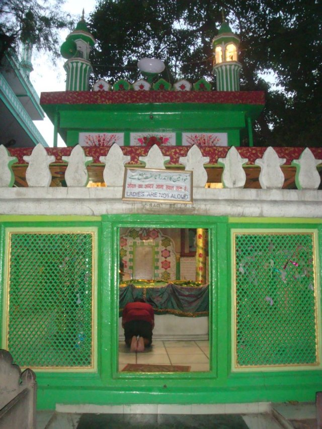 The holy shrine of Hazrat Khwaja Baqi Billah, with a view of his grave inside. Qutub Road, Delhi, India.