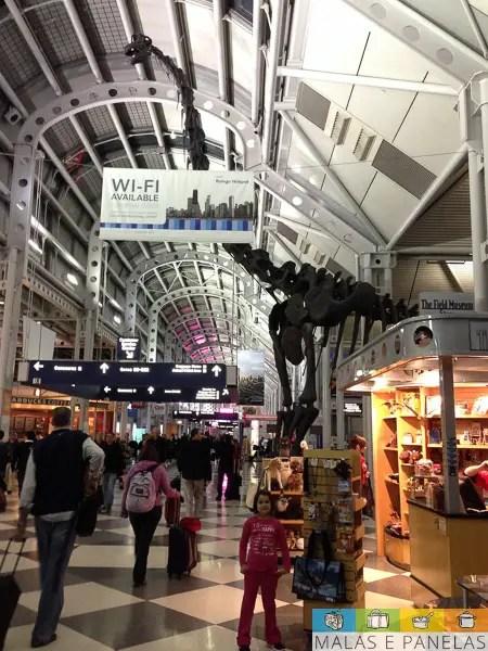 Aeroporto O'Hare de Chicago. Muitas opções de alimentação, serviços e até um dinossauro!