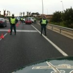 Un coche se da a la fuga tras atropellar a dos motoristas