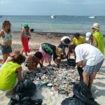 Amics de la Terra pide civismo ante la acumulación de residuos en las playas