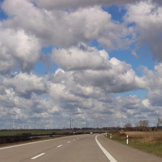 Wolken straße Windräder