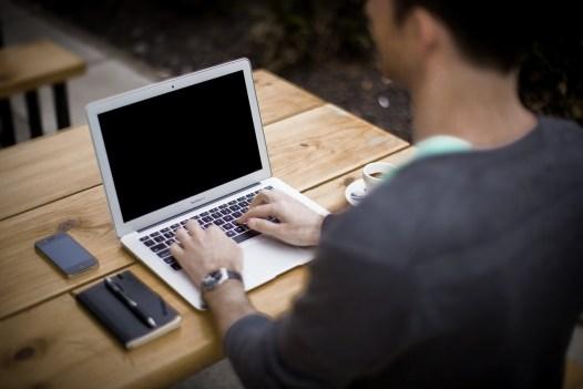 Arbeiten im Sitzen Schreibtisch Computer