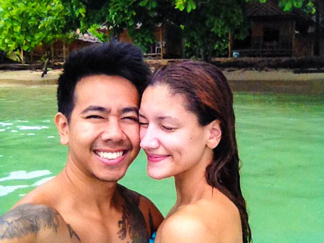 couple taking a selfie in emrald coloured waters on koh kradan