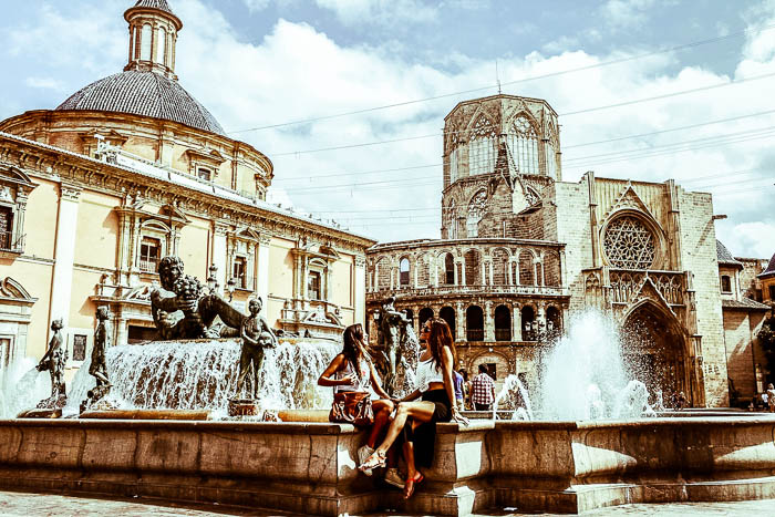sisters_laughing_fountain_valencia-2