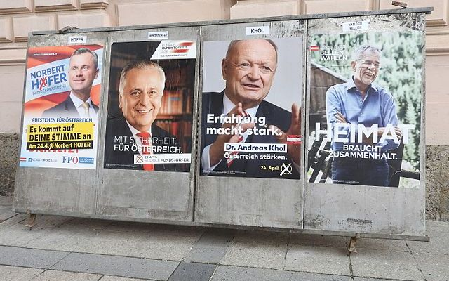 Ilustrační foto: Election posters in Innsbruck for the first round of voting. Aschroet ( Wikimedia )