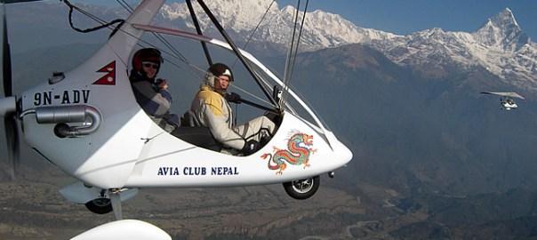 Pokhara, Nepal, voo junto do Himalaia em um power paraglider