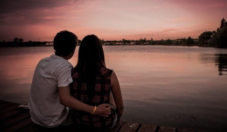 pareja en el lago