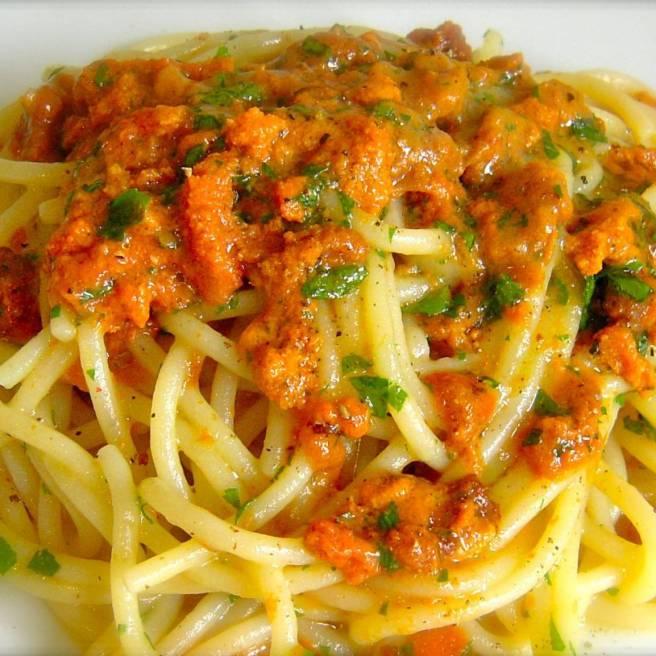 Mangiare a bordo uno spaghetto con la polpa d riccio