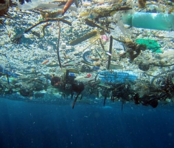 plastico no oceano