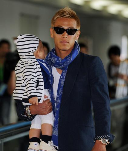 昨秋誕生した長男を抱いて帰国した本田