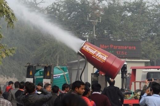 Delhi: Un brumisateur géant pour lutter contre la pollution