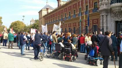 700 personas se han concentrado en Sevilla para pedir a la Junta que cumpla su compromiso con los centros especiales de empleo
