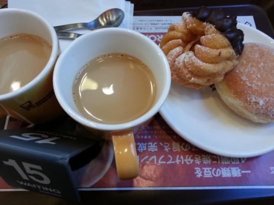 ミスタードーナツのドーナッツとカフェオレ