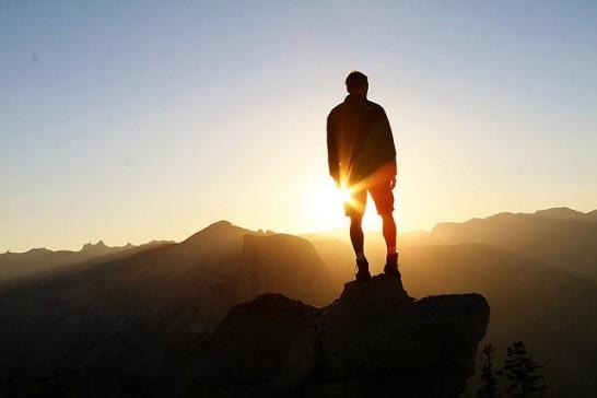 光の前に立つ男性