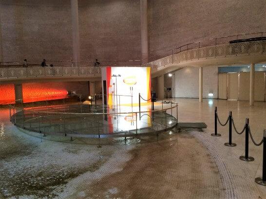 バンダイナムコHDの株主総会の入口のステージ
