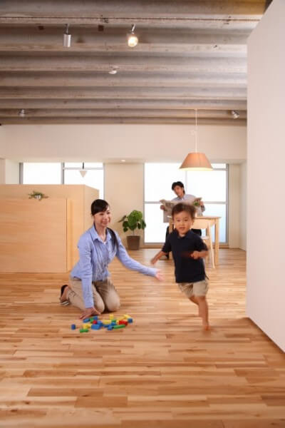 新しい家で遊ぶ家族
