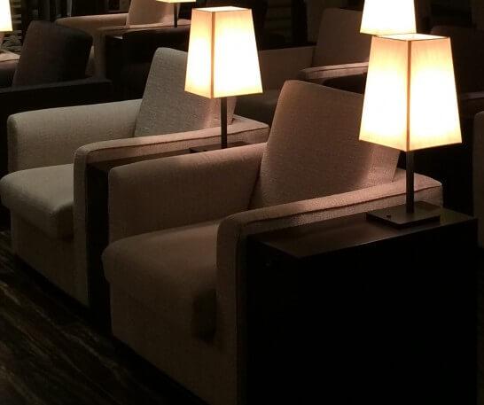 空港ラウンジのソファー