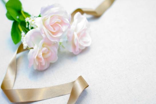 白い薔薇とリボン