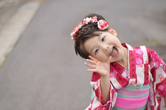 笑顔で声をかける女の子