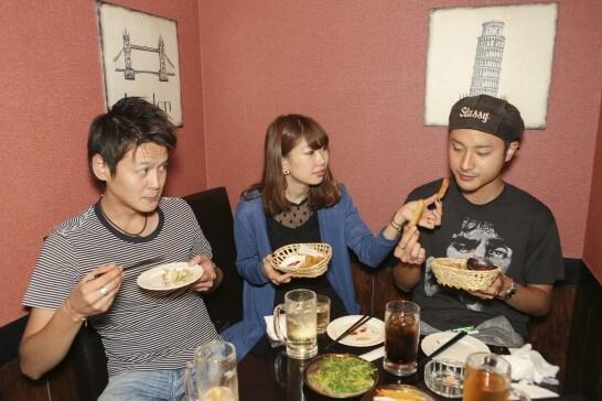 食事する若者たち