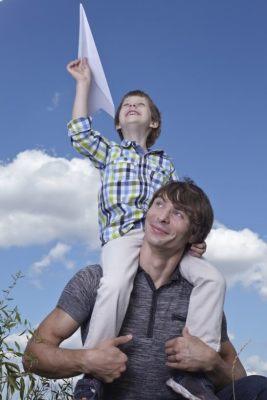 紙飛行機を飛ばす親子