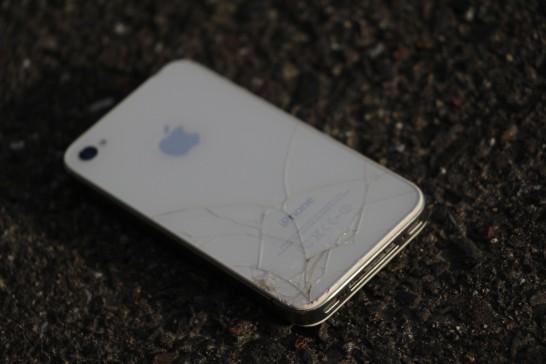 ひび割れたiPhone