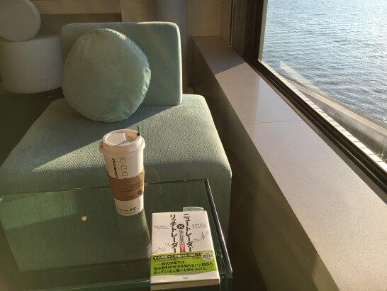ヒルトン東京ベイの窓際のソファ