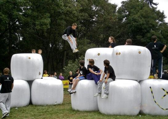 ジャンプする男子学生
