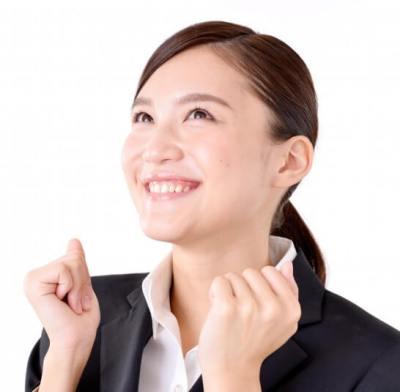 笑顔のリクルートスーツ姿の女性