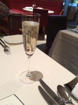 LES ROSIERS EGUZKILORE(レ ロジェ エギュスキロール)のテーブルのシャンパン