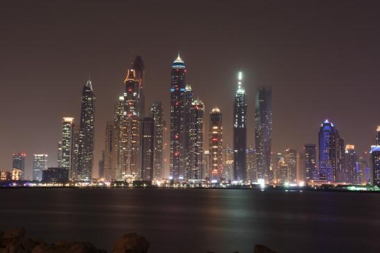 ドバイの高層ビルの夜景