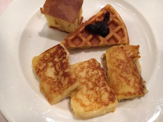 オークラ東京ベイの朝食ビュッフェのフレンチトースト・ワッフル・ホットケーキ