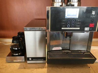 羽田空港のエアポートラウンジ(北)のコーヒーマシン