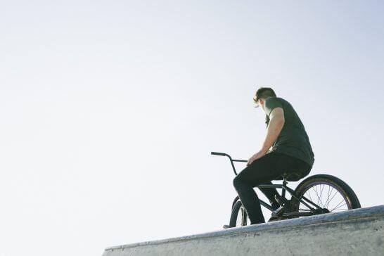 二輪車に乗る男性