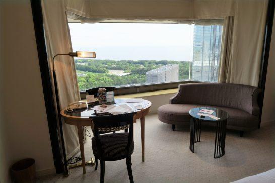 ホテルニューオータニ幕張のスーペリアツインの窓・机・ソファー
