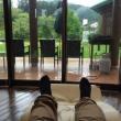 休暇村奥武蔵のロビーの窓際に寝そべったところ