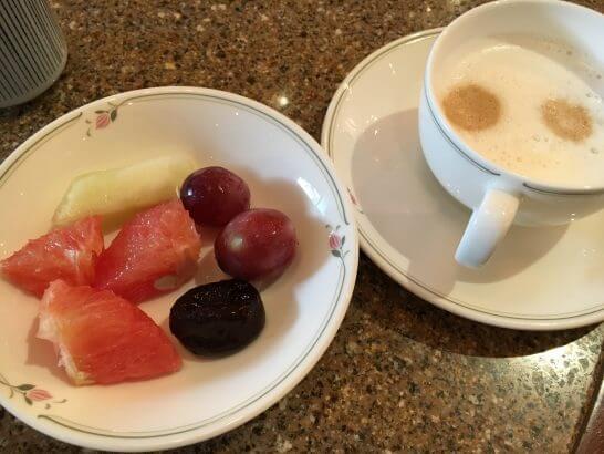 ロイヤルパークホテルの朝食 (食後のフルーツとコーヒー)