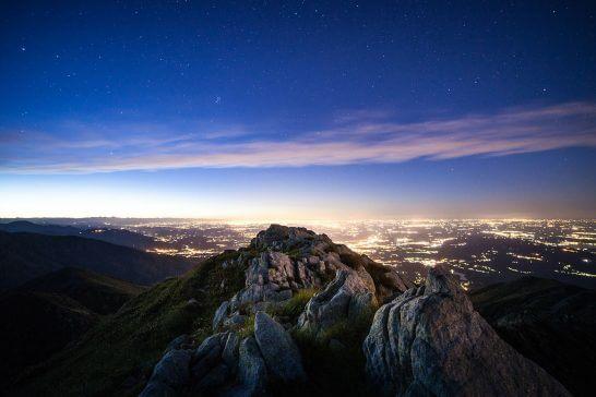 海外リゾートの星空と夜景と山
