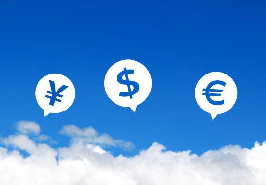 青空に浮かぶ通貨のマーク