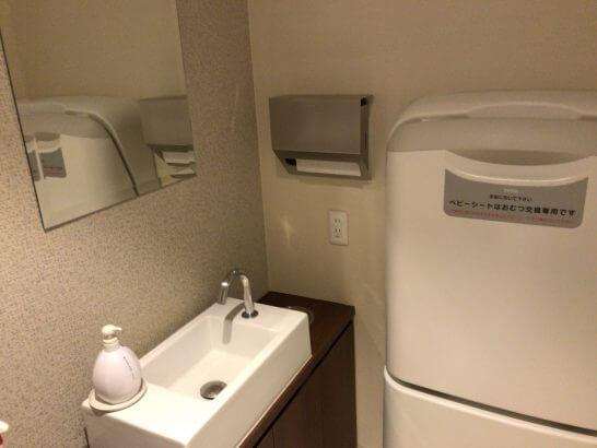 京都ホテル ウエルカムラウンジのトイレ(子供乗せる台)