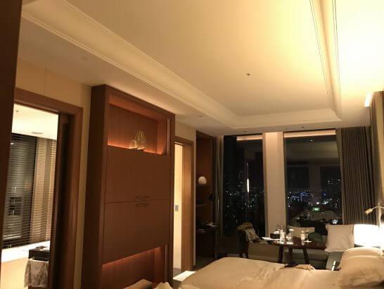 セントレジス大阪の室内(夜)