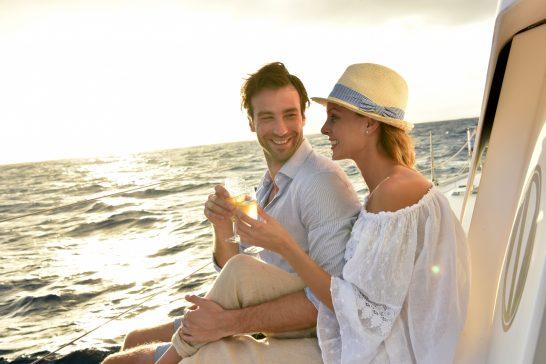 船上で乾杯する男女