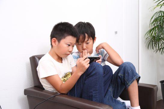 ゲームに興じる子供
