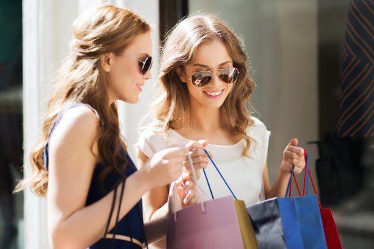 ショッピングする2名の女性