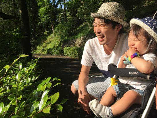 ベビーカーに乗る子供と父親